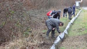 Helfer des NABU bei der Abdichtung des Amphibienzauns zwischen Forst und Hambrücken
