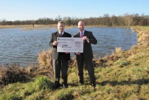 Spendenübergabe zwischen Herrn  Rothardt von der Sparkasse Kraichgau und Franz Debatin vor der Kulisse des NABU-Feuchtgebietes.