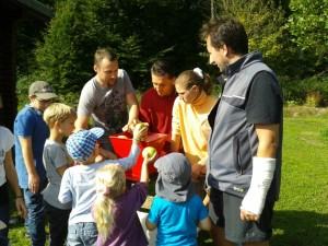 Apfelpressen beim Familienfest an der Grillhütte