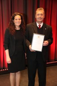 Bürgermeister-Stellvertreterin Sandra Strie-gel-Moritz überreichte dem NABU-Vorsitzenden Franz Debatin die Ehrennadel des Landes Baden-Württemberg.